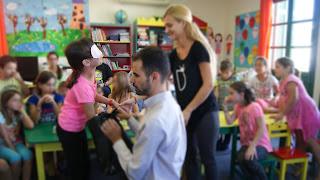 Παιδιά με μάσκες ψηλαφίζουν αντικείμενα