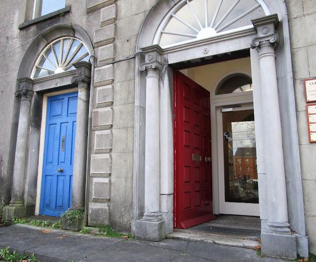 sininen ovi, punainen ovi
