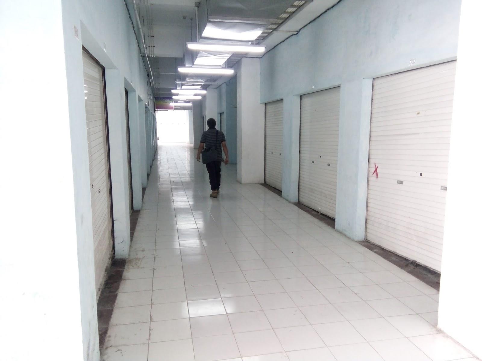 ondisi Lantai II Pasar Inpres Kisaran yang sepi akibat banyaknya pedagang yang tutup karena bangkrut akibat sepinya pembeli.