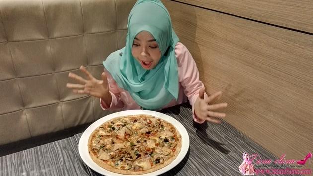 Pizza yang di hidangkan adalah 33% lebih besar daripada Pizza biasa