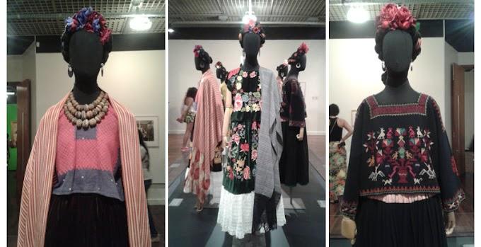 Customização de camiseta com inspiração nos trajes tehuanos de Frida Kahlo