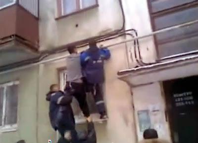 Ruso loco, borracho o ambas cosas cae desde un quinto piso y no se hace nada. Después intenta trepar de nuevo hasta su casa.