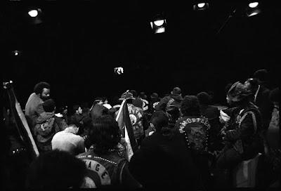 Fotogafía de varias de las pandillas en la reunión de paz de Hoe Avenue