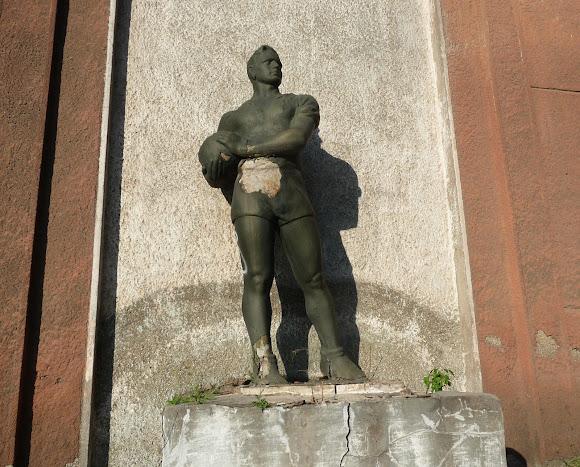 Костянтинівка. Колишній гуртожиток заводу скловиробів. 1938 р Скульптура фізкультурника