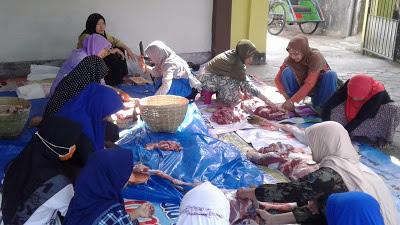 Keluarga besar 'Aisyiyah Gumuk Kerang memotong daging qurban