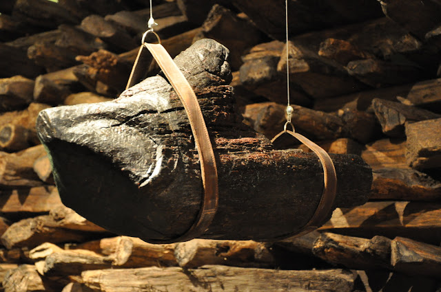 fragment wału gnieźnieńskiego grodu z wyrzeźbionym dziczym lub baranim łbem