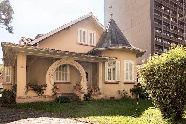 Casa com torre e cúpula na Emiliano Perneta