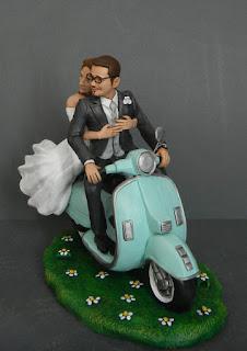 cake topper personalizzato sposi abbracciati vespa orme magiche