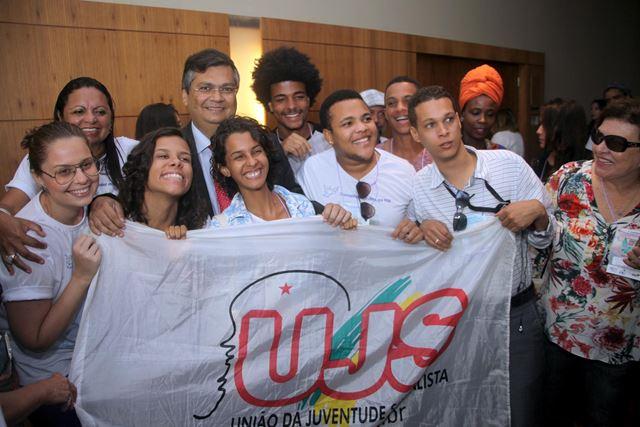 Governador Flávio Dino com membros de organizações da sociedade civil que também participaram do evento
