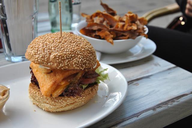 Burgerie - Halloumi-Burger mit Spiegelei und getrockneten Tomaten