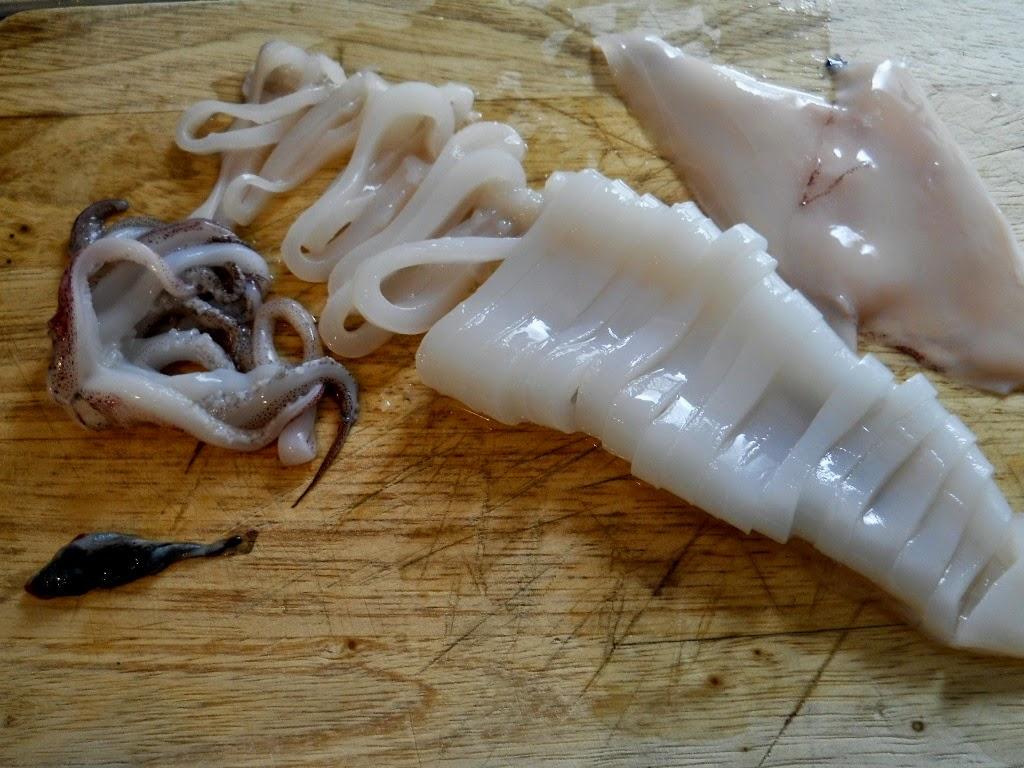 trocear el calamar en la cocina de la abuela