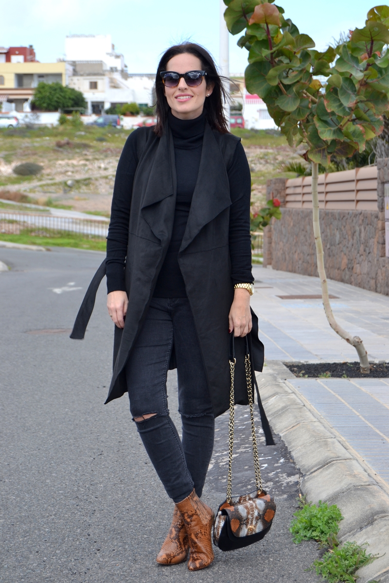 black-outfit-zara-vest-booties-street-style