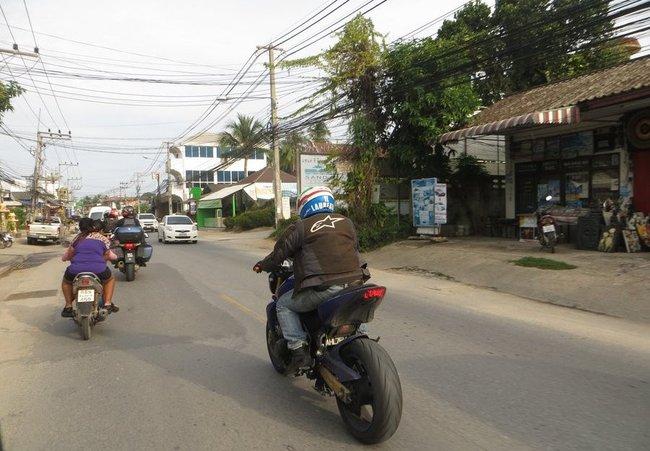 Большой мотоцикл рядом со скутерами