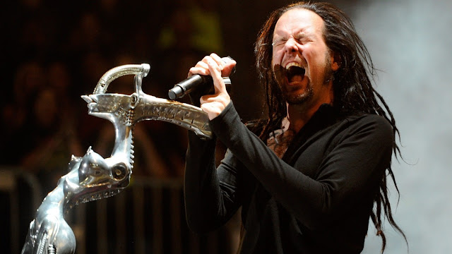 Foto de Jonathan Davis, do Korn, cantando