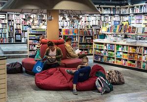 Gente leyendo en una librería