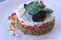 Timbal de lentejas con arroz y crudités de verduras