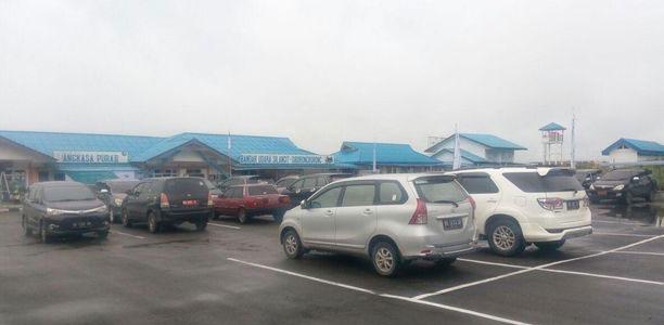 Bagi penumpang yang baru tiba di Bandara Silangit, terdapat area kedatangan yang gedungnya terpisah. Pengguna jasa akan disambut dengan udara Tapanuli Utara yang sejuk.