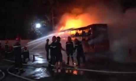 chiếc xe khách bốc cháy dữ dội khi đang dừng trả khách tại Trà Vinh