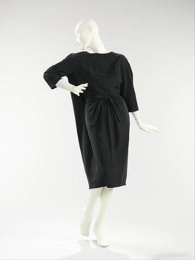 Black Sack Dress from House of Balenciaga 1957 displayed on mannequen