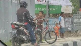 Aksi Daffa menghadang di trotoar/Foto: Media Sosial