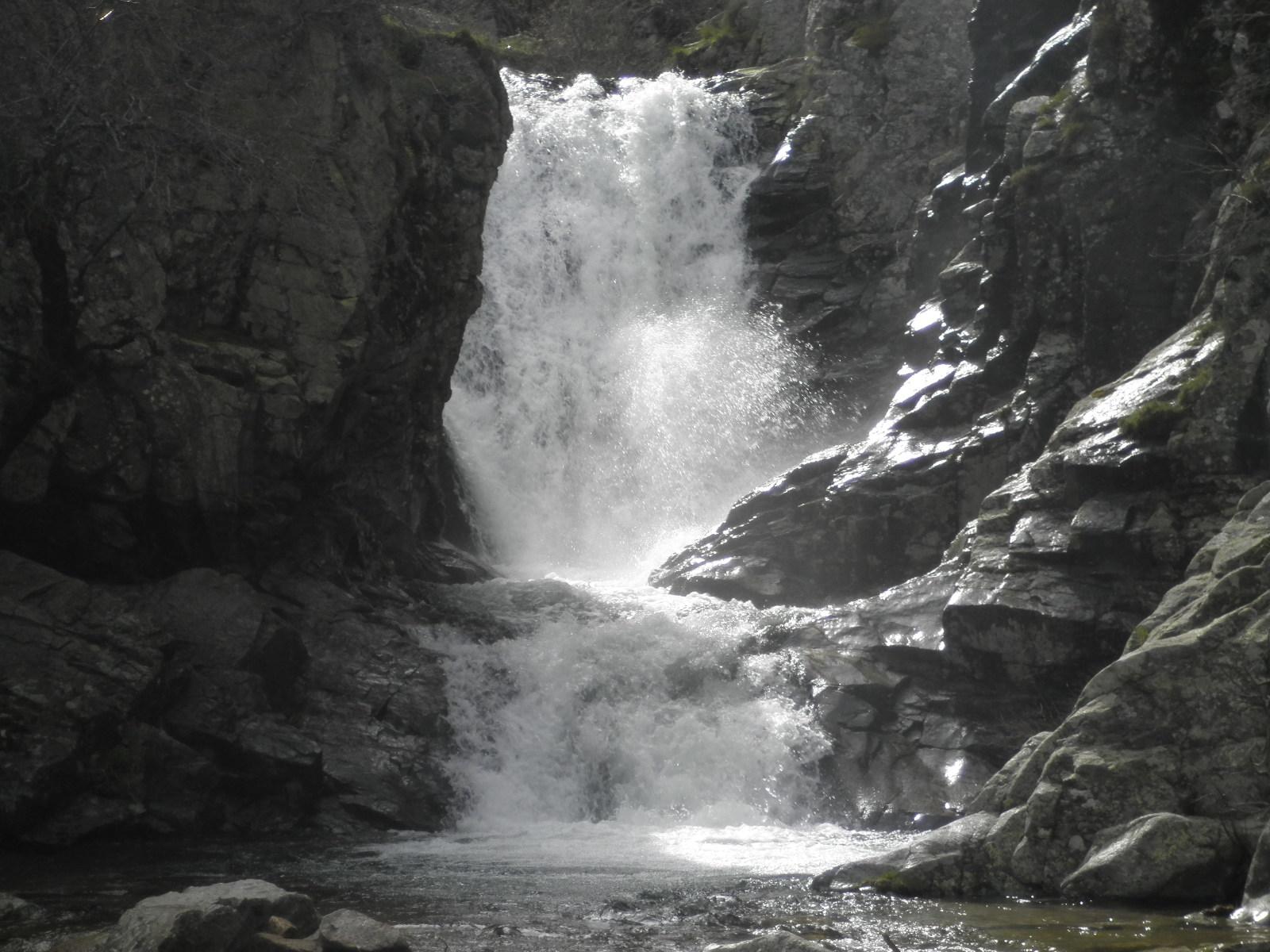 Unos amigos de paradores en busca de la cascada del for Cascada par
