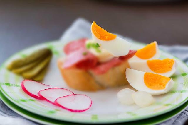 Редис - 300 г; Яйцо - 4 штуки; Сметана - 100 г; Соль - по вкусу; Зелень - для украшения.