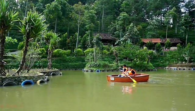 Naik Perahu di Dago Dream Park