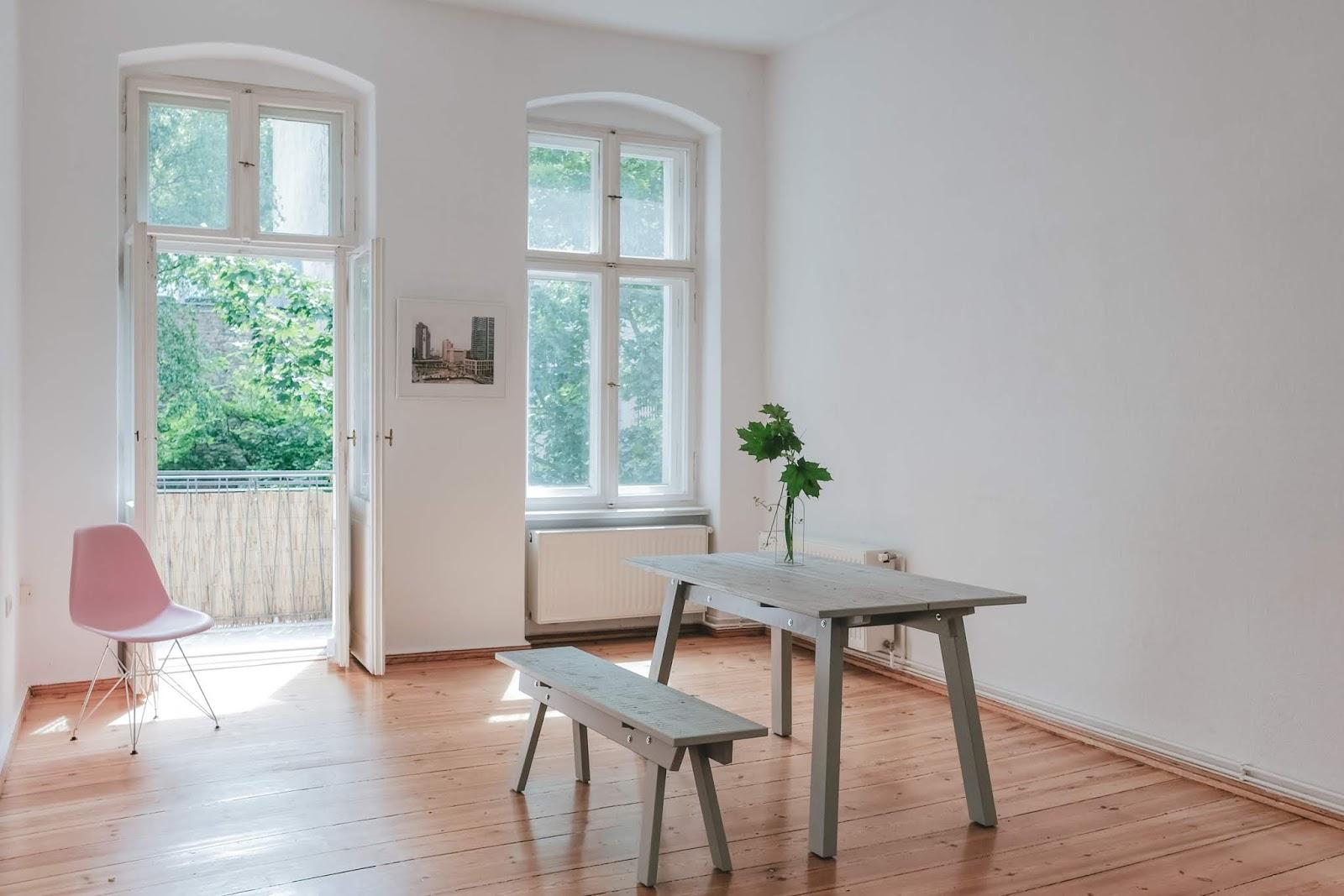Poetico e minimale: un appartamento in vendita a Berlino