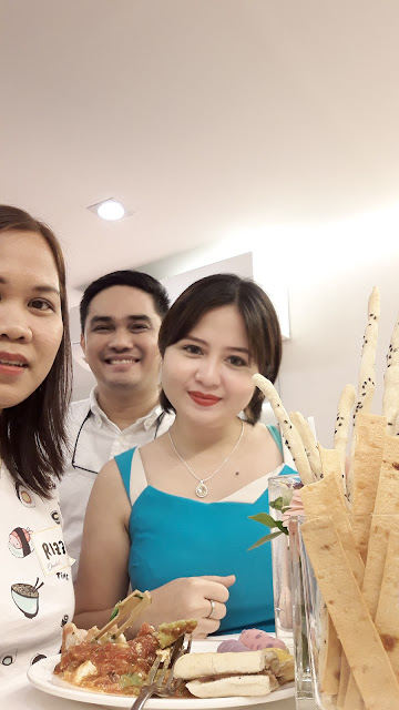 Beauty bloggers with surprise photobomber, Orabella CEO, Mr. Noel de Guia.