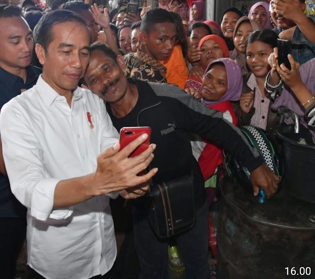 Presiden Jokowi Sambangi Pasar Pelem Gading Cilacap, Beli Beras hingga Tempe