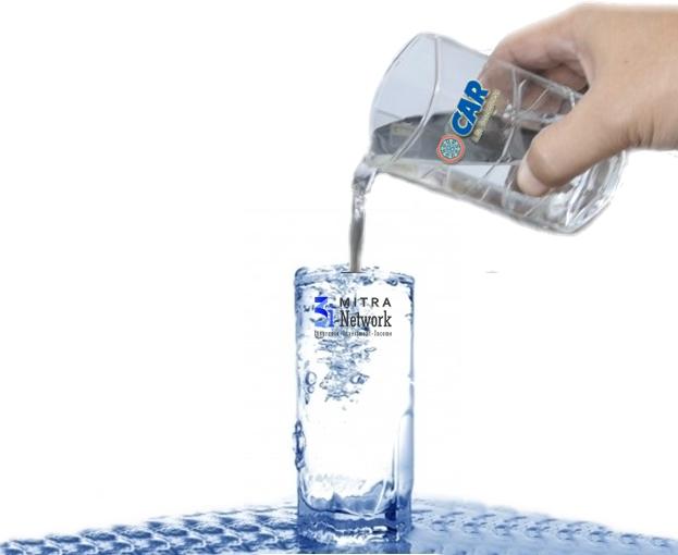 Gelas yang sudah penuh air dituang air lagi