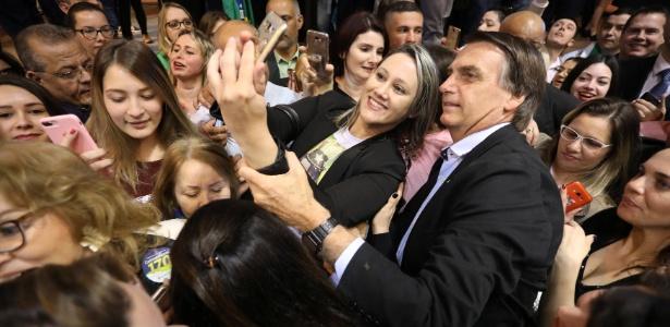 Jair Bolsonaro cercado de eleitoras em Porto Alegre