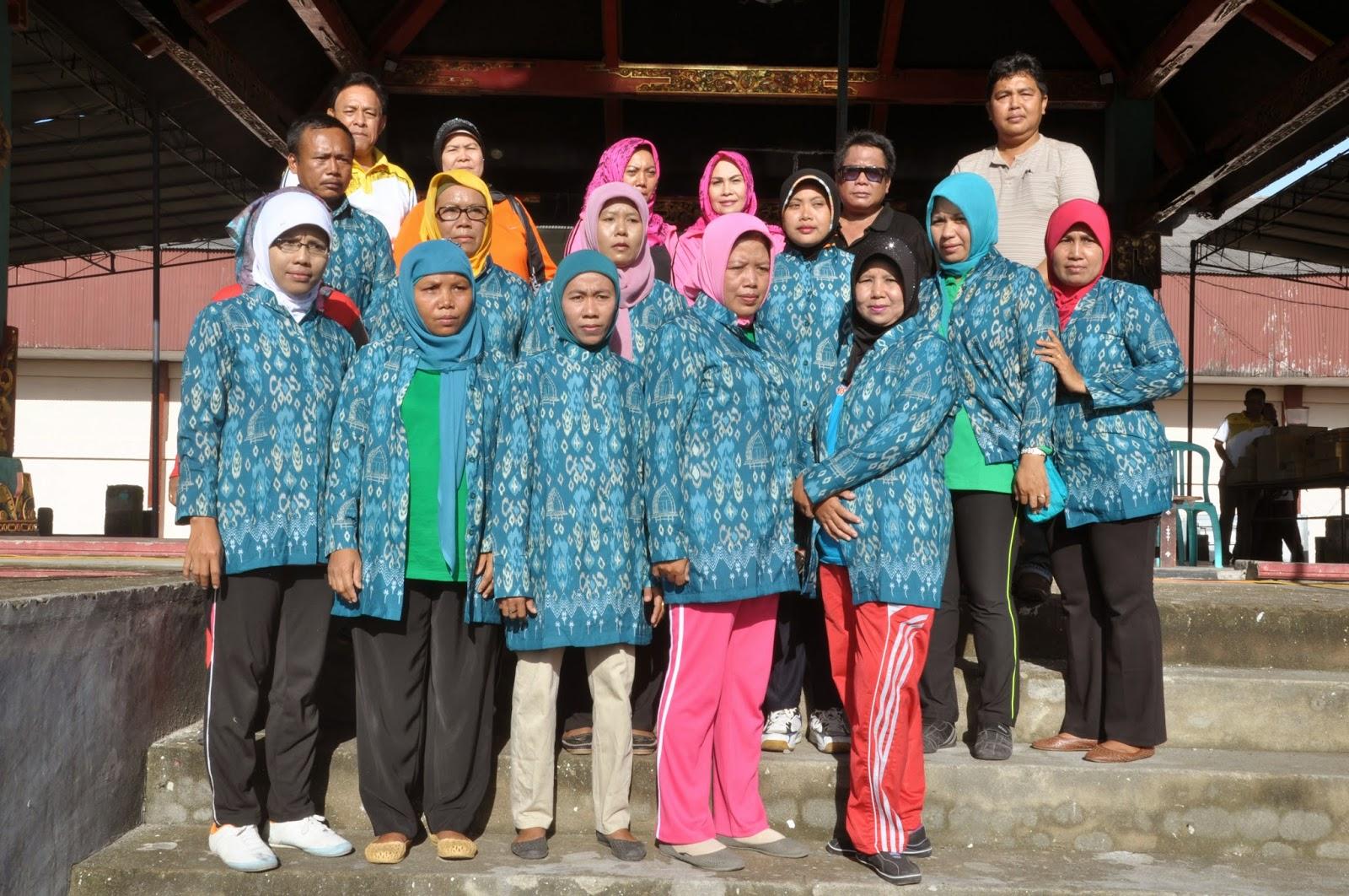 Ketua Pkk Lombok Tengahhj Baiq Irma Budianish Memasangkan Baju Seragam Kader Posyandu Se Kabupaten Lombok Tengah
