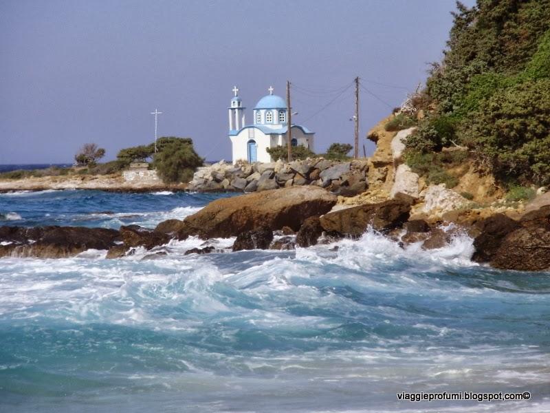 Ikaria, chiesa sul mare a Gialiskari