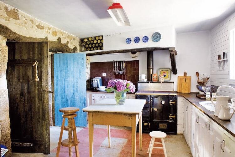 cocina de casa rústica, colorida