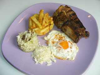 Retete mancare coasta de porc la gratar cu salata de varza si cartofi prajiti,