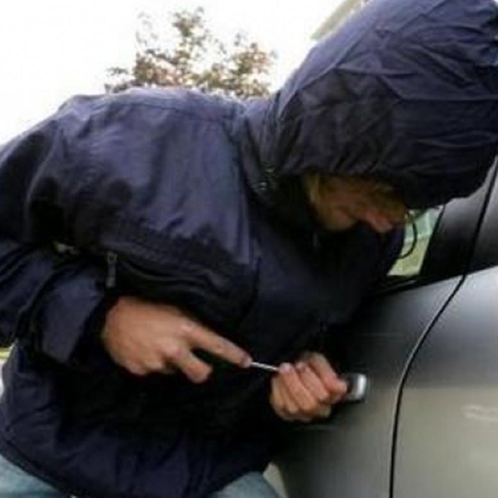 Συνελήφθη διαρρήκτης που χτυπούσε σταθμευμένα αυτοκίνητα στη Χαλκιδική
