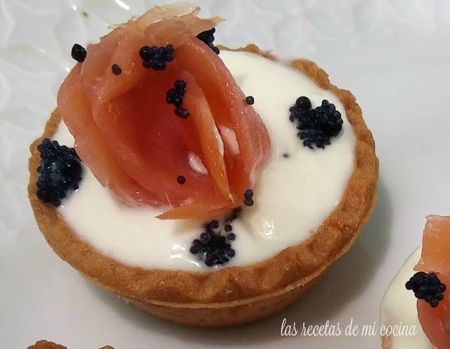 Tartaletas de yogur griego, salmón y lumpo