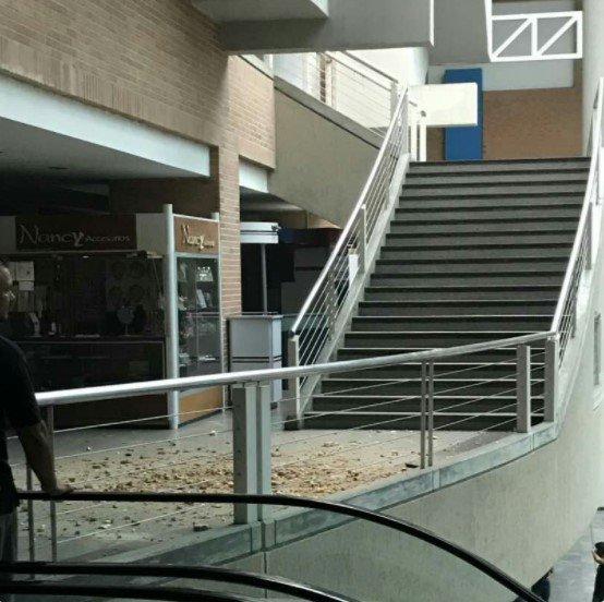 Cayó un rayo sobre el techo del Centro Comercia de Naguanagua