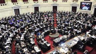 Antes de la votación por el Presupuesto y el límite a los superpoderes, el titular de la Cámara baja anunció que suspenderá el incremento en los gastos de representación, y abrirá la discusión sobre el tema de los pasajes aéreos. Lo aplaudieron en todo el recinto.