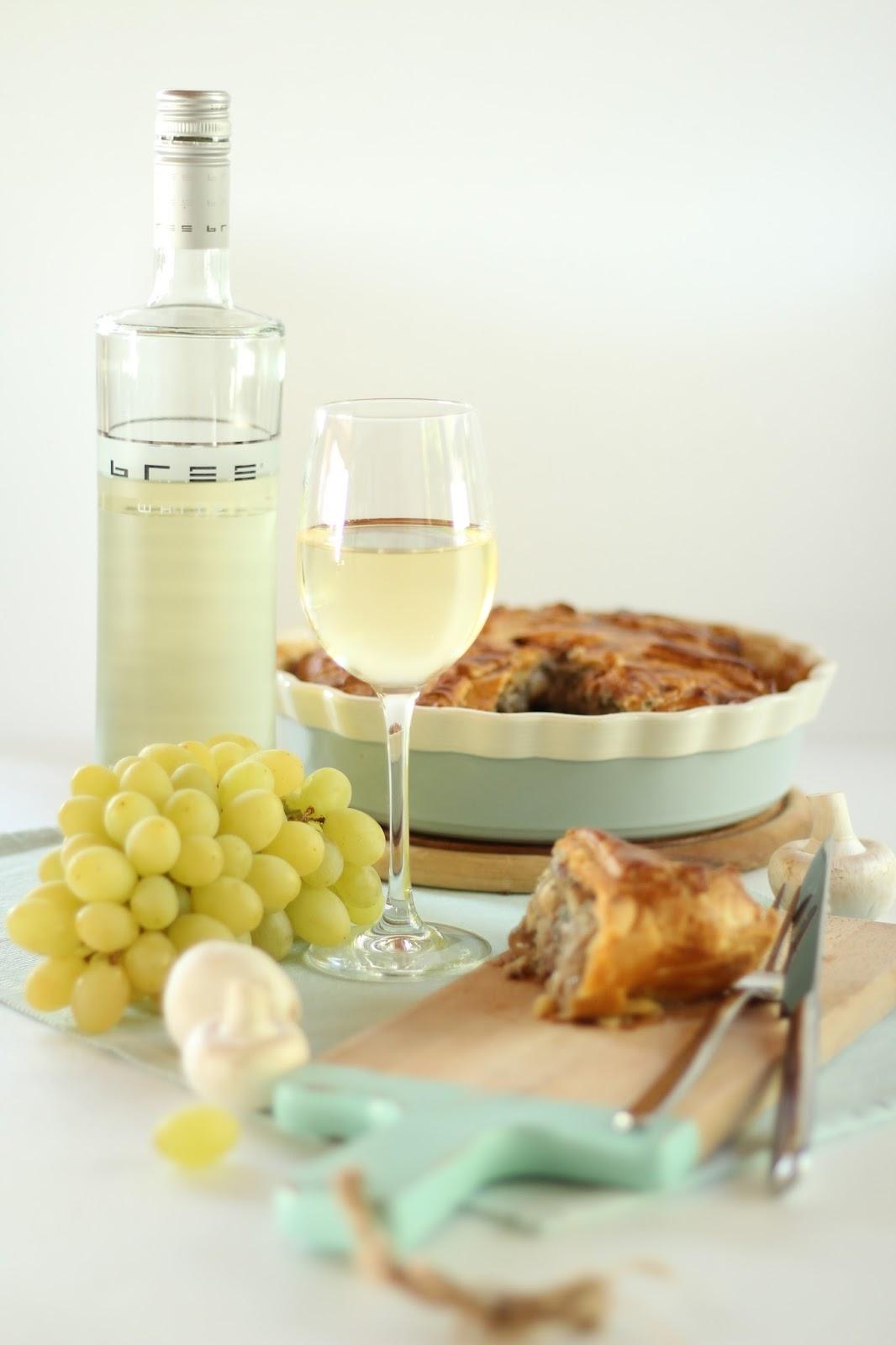 Bree Wein mit herbstlicher Winzerpastete, Weintrauben und Champignons