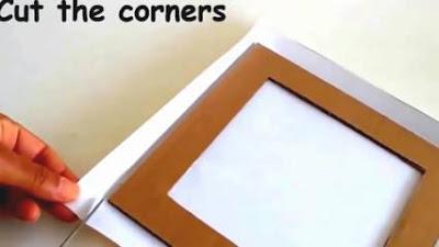 Gunting bagian pojok kertas yang lebih