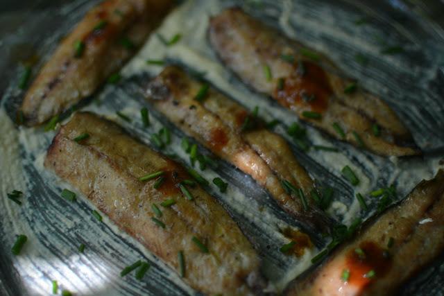 receta lomos de sardinas ahumada en cama de hummus y toque de salsa Tabasco Chipotle 01