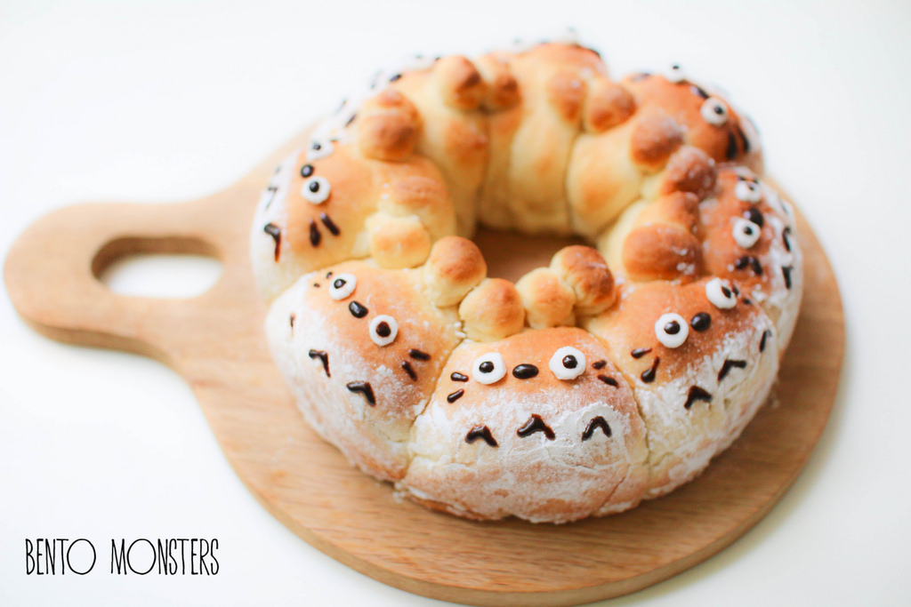 06-Totoro-Brown-Bear-Pull-Apart-Bread-Li-Ming-Lee-Kyaraben-Bento-Monsters-Themed-Lunch-Art-www-designstack-co