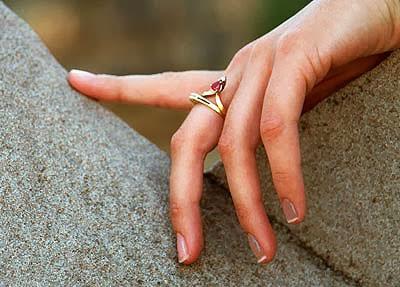 đeo nhẫn ngón giữa