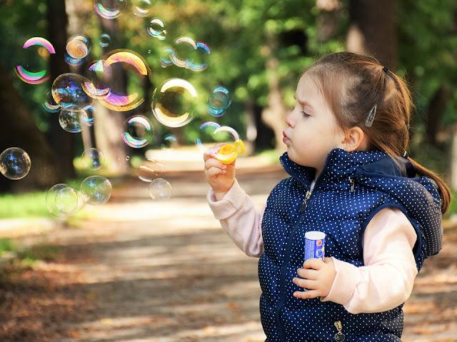 Manakah Pilihan Terbaik untuk Merawat Bayi Anda? Day Care atau Baby Sitter?