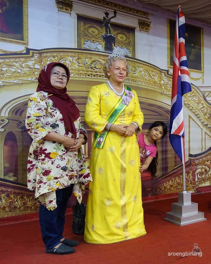 Ratu Elizabeth II de arca statue art museum yogyakarta