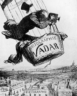 """""""Nadar nell'atto di elevare la fotografia al livello di un'arte."""" (Caricatura di Daumier) Felice con un libro Livelli di vita Julian Barnes"""