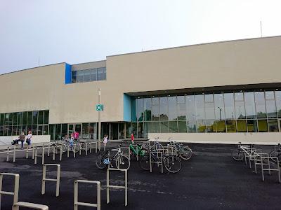 Schimmhalle BLU, gesehen von den Fahrradständern aus.