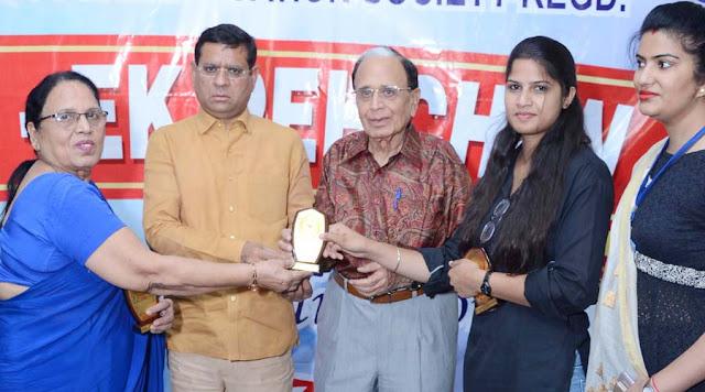 Senior BJP leader Rajesh Nagar has been rewarded for female students in Savitri Polytechnic for Women.